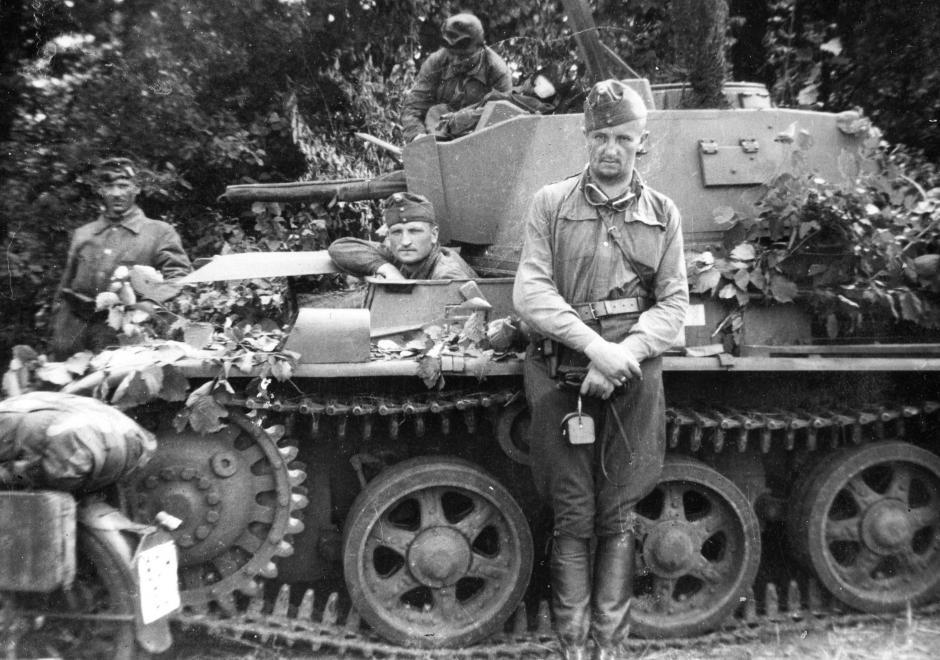 Венгерские танкисты у танка «Толди»